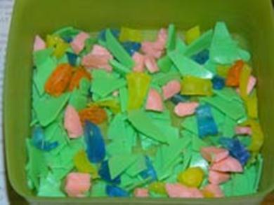 Разрезанные кусочки разноцветного мыла