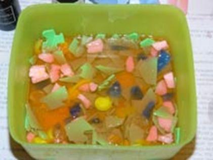 Залитые растопленной основой разноцветные кусочки мыла