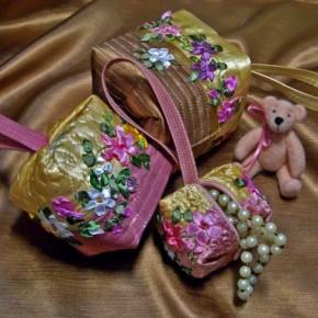 Сумочки, декорированные вышивкой лентами