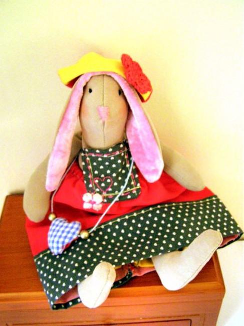 Маленькая зайка в сарафане, панталонах и панаме